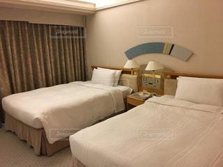 ホテルの部屋にベッドがあるベッドルームの写真・画像素材[2136526]