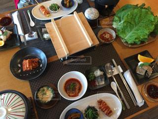 テーブルの上に座っている食物の束の写真・画像素材[2131955]