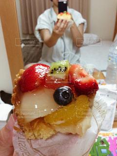 ひとりホテルでケーキと自撮りの写真・画像素材[2140115]