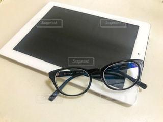 テーブルの上に一組のサングラスの写真・画像素材[2176749]