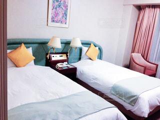 ホテルの部屋にベッドがある寝室の写真・画像素材[2369077]