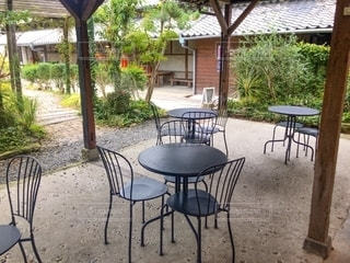 テーブルの空の椅子の写真・画像素材[2698043]