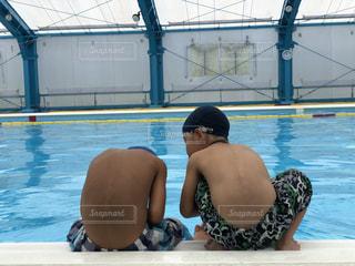 水のプールにいる子供2人の写真・画像素材[2128506]