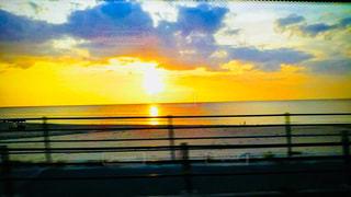 水の体に沈む夕日の写真・画像素材[2133351]