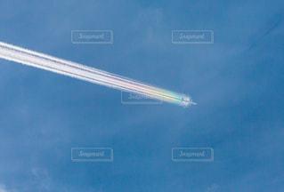 虹色に輝く飛行機雲の写真・画像素材[2870758]