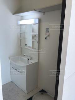 洗面台の鏡の写真・画像素材[2132924]