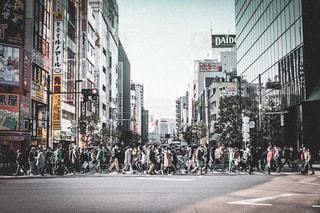 混雑した街の通りの写真・画像素材[2129130]