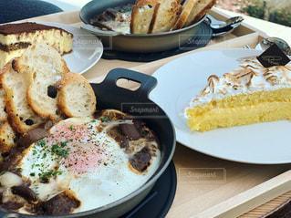 食卓の上の食べ物の皿の写真・画像素材[2130562]