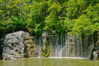 森の中の大きな滝の写真・画像素材[2130537]
