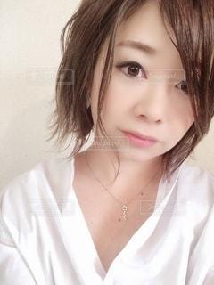 白いシャツと黒髪を身に着けている女性の写真・画像素材[2130816]