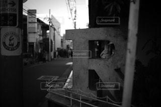 街の通り上のポール上の標識の写真・画像素材[961954]