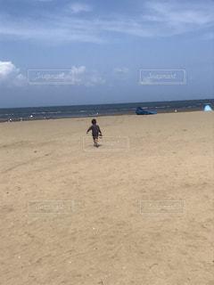 砂浜の上に立っている人々のグループの写真・画像素材[2135635]