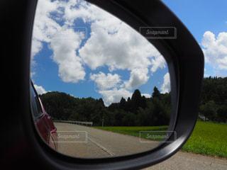 車窓のサイドビューミラーの写真・画像素材[2141197]