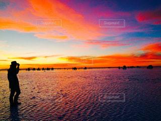 沈む夕日に色が染まるの写真・画像素材[2134063]