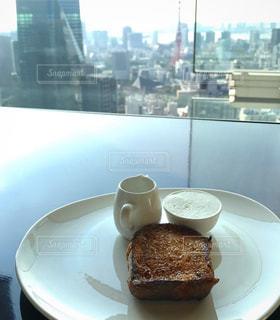 食品やコーヒー テーブルの上のカップのプレート - No.1082978