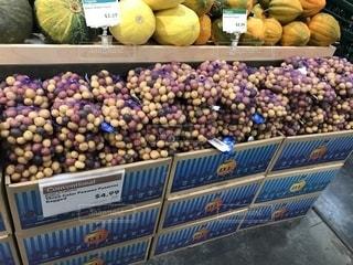 さまざまな種類の果物がたくさん詰まった店の写真・画像素材[2133181]