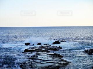 岩場の波打ち際の写真・画像素材[2134590]