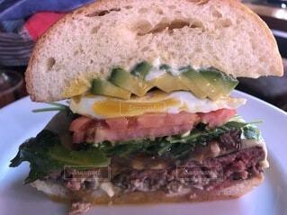 野菜たっぷりなチーズバーガーの写真・画像素材[3838344]