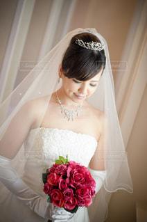バラの花束を見つめる花嫁の写真・画像素材[2207565]