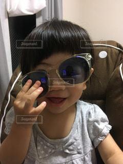 サングラスをかけた小さな女の子の写真・画像素材[2137125]