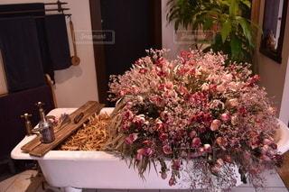 浴槽にピンクの花を詰めたインテリアの写真・画像素材[2135620]