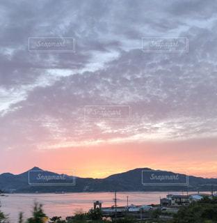 山を背景に沈む夕日の写真・画像素材[2173823]