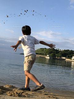 海辺で遊ぶ少年の写真・画像素材[2202084]