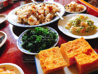食べ物でいっぱいのテーブルの写真・画像素材[2136056]