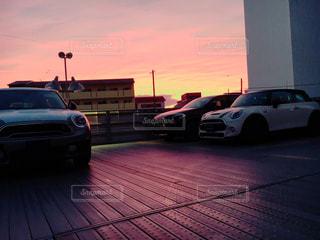 駐車場に駐車した車の写真・画像素材[2136058]