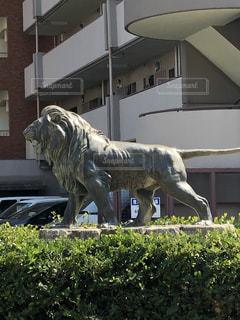 建物の前の馬の彫像の写真・画像素材[2136101]