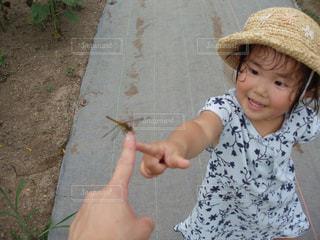 トンボと子供の写真・画像素材[2137200]