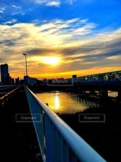 水面、夕陽、架かる橋の写真・画像素材[2310808]