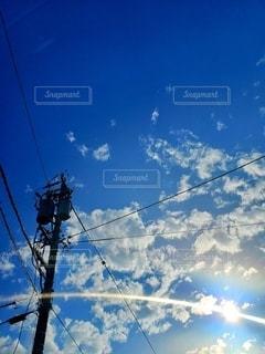 電柱のクローズアップと青空の写真・画像素材[2317013]