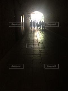 トンネルの向こうの写真・画像素材[2137080]