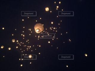 夜空のランタンの写真・画像素材[2137310]