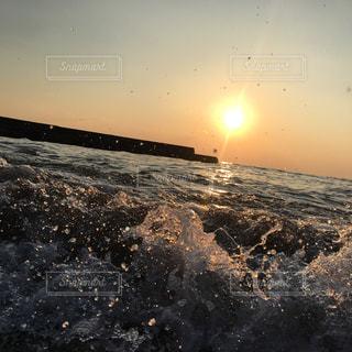 水の体に沈む夕日の写真・画像素材[2137347]