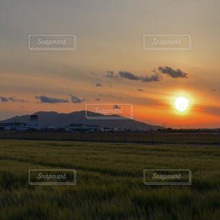 空港の夕日の写真・画像素材[2137279]
