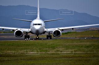 滑走路の上に座っている大型の旅客ジェット機の写真・画像素材[2137305]