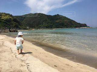 海岸を歩く男の子の写真・画像素材[2137693]