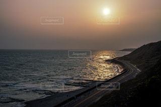水の体に沈む夕日の写真・画像素材[2139187]