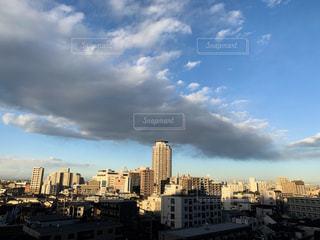 曇りの日の都市の眺めの写真・画像素材[2139191]