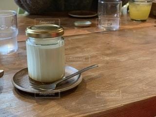 プリンをテーブルの上にの写真・画像素材[2139268]