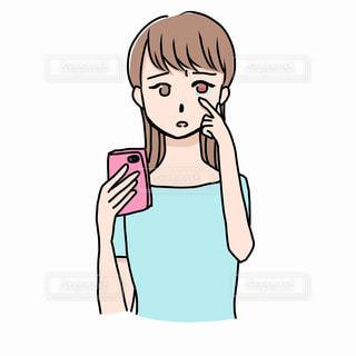 スマホで目が疲れている女性の写真・画像素材[2246828]