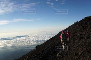 山の側に立っている人々のグループの写真・画像素材[2139906]