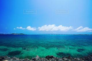 晴天の空と絶景の海の写真・画像素材[2140222]