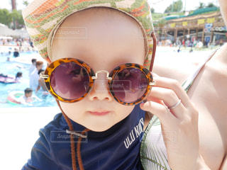 帽子とサングラスをかけた子供のクローズアップの写真・画像素材[2337528]