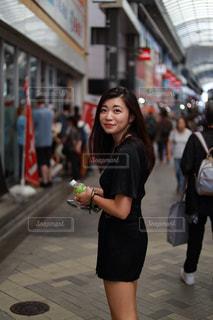 歩道を歩く女性の写真・画像素材[2783094]
