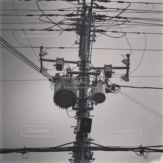 ワイヤー フェンスの横に座っているトラフィック ライトの写真・画像素材[1043947]