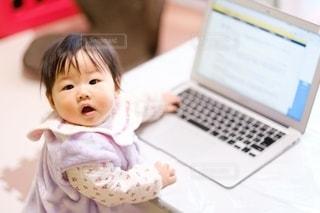 ラップトップの前に座っている赤ちゃんの写真・画像素材[2768249]