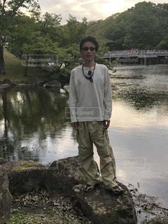 水域の隣に立っている男の写真・画像素材[2187904]